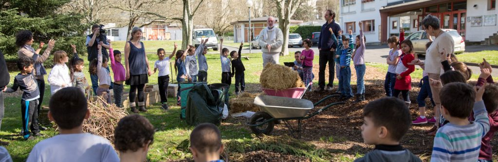 jardin pédagogique de l'ecole JP Brana création de la marelle végétale